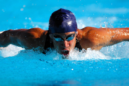 a man swimming to improve maximal oxygen consumption and overall cardiorespiratory fitness